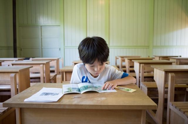 教室に残って勉強する子ども