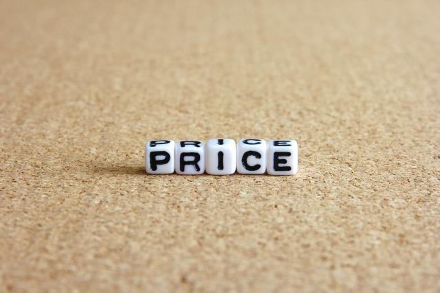サイコロで書かれた「PRICE」(値段)